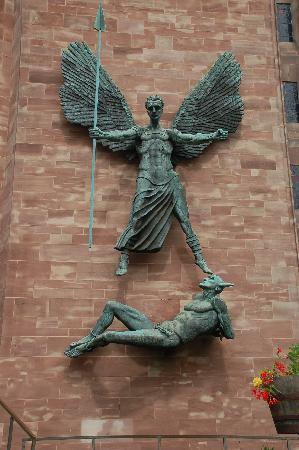 โคเวนทรี, UK: statue of the  St Michael, Coventry Cathedral
