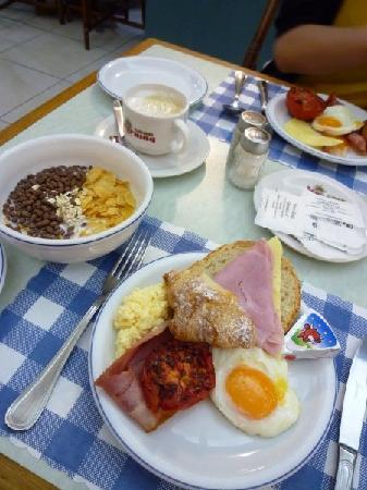 Diplomat Hotel Malta: 朝食は種類豊富。パンも色々