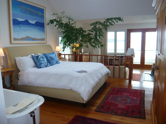 Sooke Harbour House Resort Hotel: 2nd floor room
