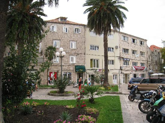 Korcula Royal Apartments: Royal Apartments entrance (minimarket Kozum right next to it)