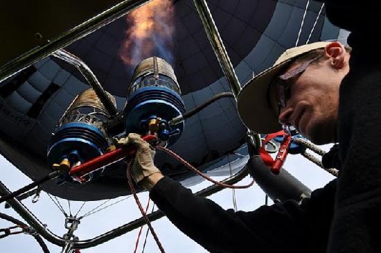 Airventure Ballooning - Balloonflights in Belgium: Pilot Lenny heating the balloon.