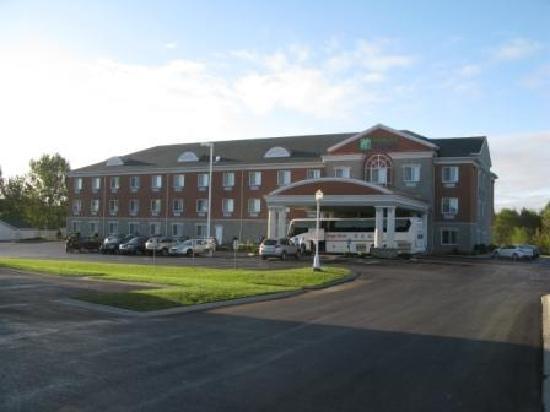 Holiday Inn Express Suites Gananoque: Hotel, situé dans zone commerciale