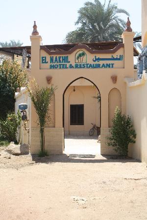 El Nakhil Hotel & Restaurant: Devant l'entrée