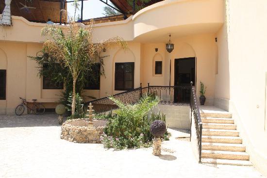 El Nakhil Hotel & Restaurant: Pour accéder à l'intérieur de l'hôtel, il y a une pente pour chaise roulante
