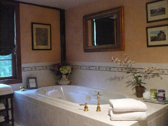 Glenwood Mill Bed & Breakfast: A sample bathroom