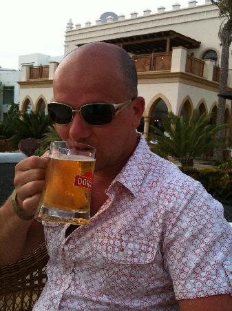 Gran Castillo Tagoro Family & Fun Playa Blanca: Enjoying a beer!
