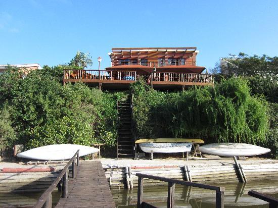 Dungbeetle River Lodge: Ansicht der Pension vom Steg aus