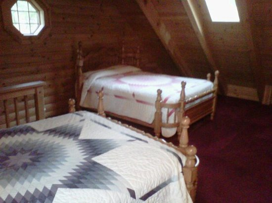 Amish Country Lodging: Here's a good view of the beds in the loft...