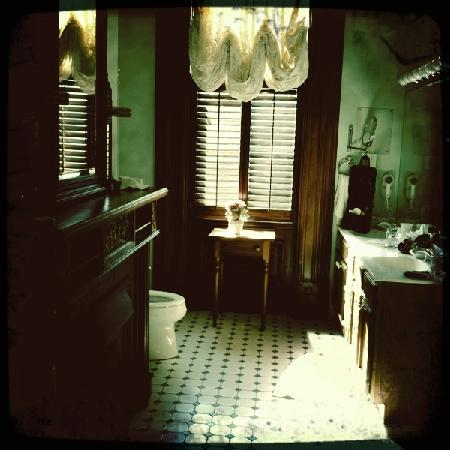 Grand Victorian Bed & Breakfast: bathroom view from the Jacuzzi