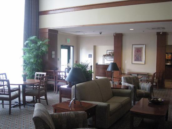 Staybridge Suites Tallahassee I-10 East: salon/ salle de déjeuner