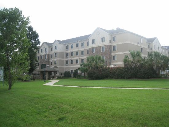 Staybridge Suites Tallahassee I-10 East: Hôtel vu depuis le jardin