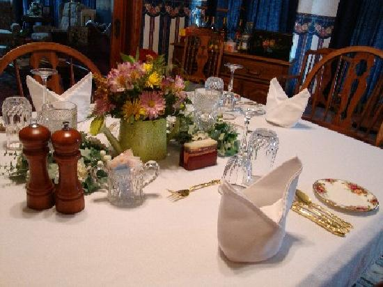Three Roses Bed and Breakfast: Table Setting