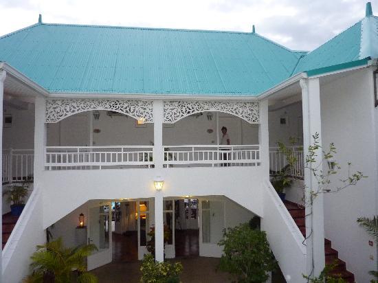 Blue Margouillat Seaview Hotel: Arrière de l'hotel - accès aux chambres