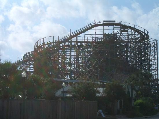 Captain Inn & Suites: the wooden roaler coaster