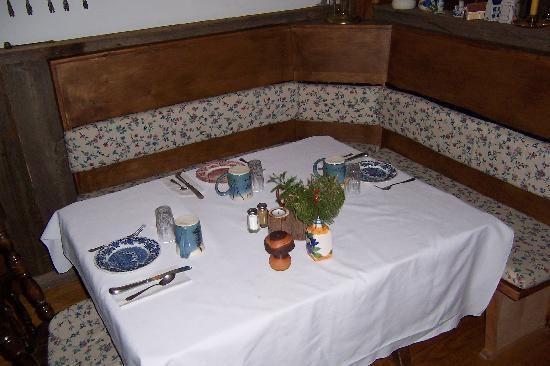 Willkommen Hof Bed and Breakfast: Dining Room Table