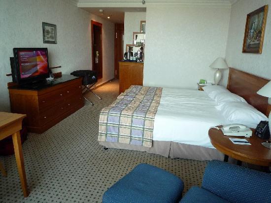 La chambre, avec le lit king size - Picture of Hilton Budapest ...