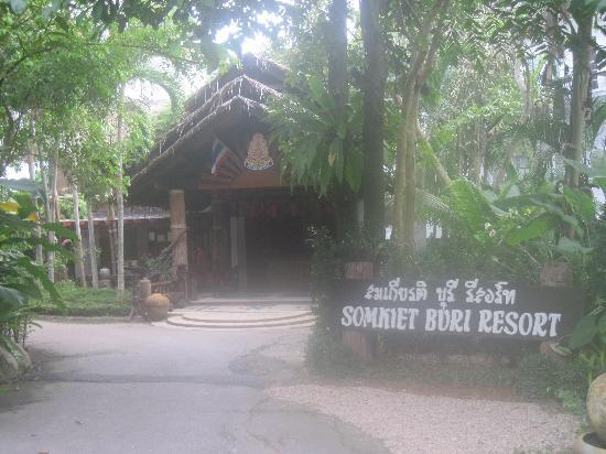 Somkiet Buri Resort: Entrance