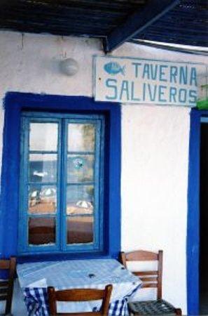 Taverna Saliveros: Insegna e veranda