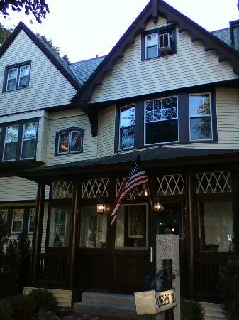 Longwood Inn: Front of In