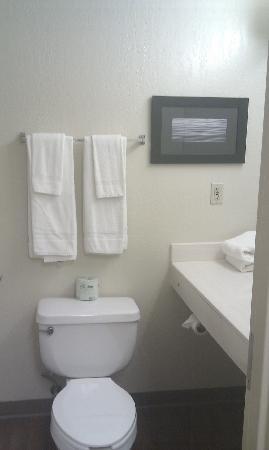 Suburban Extended Stay Nashville-Harding Place : Bathroom
