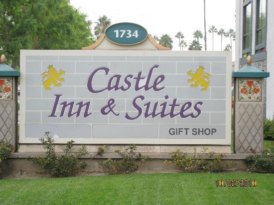 Castle Inn and Suites : Sign on Street