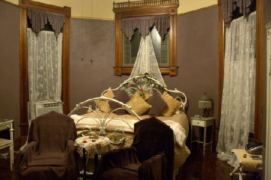 1884 Wildwood Bed and Breakfast Inn : My beautiful room (Barret Browning) upon my arrival