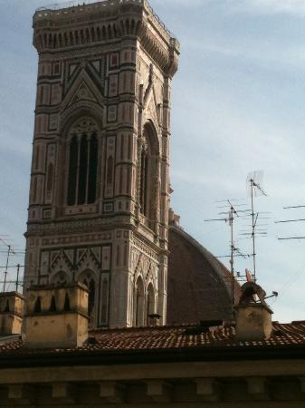 Al Duomo: vista da janela do quarto para o Duomo de Firenze... incrível!
