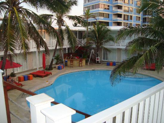 Decameron Los Delfines: la piscina y el bar de piscina desde arriba