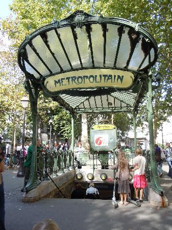 Paris, Frankrike: Metro entrance in Monmartre