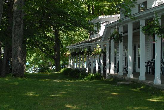 White Birch Lodge: Porch of historic main lodge building