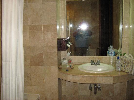 Hotel Kumala Pantai: The bathroom, roomy and clean