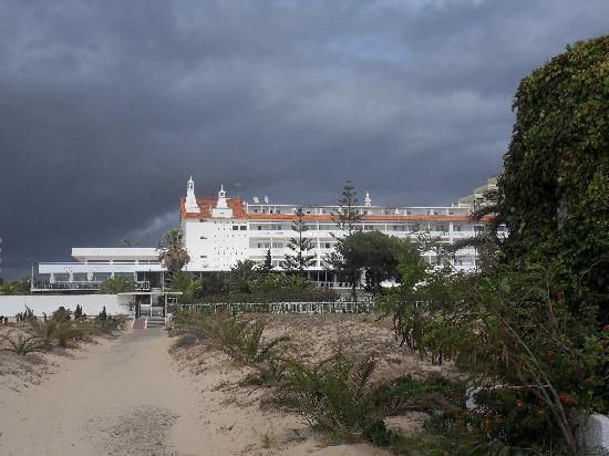 Vasco da Gama Hotel: View of hotel from beach walkway