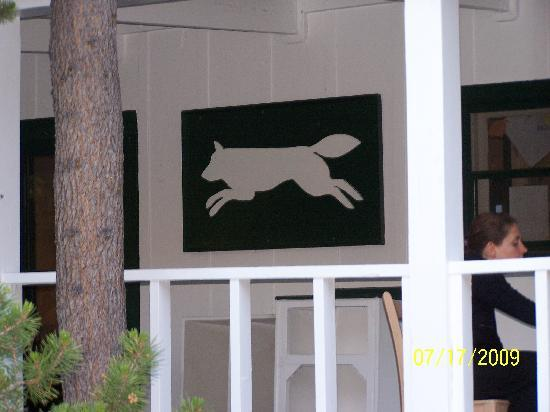 ‪‪White Wolf Lodge‬: White Wolf logo on the dining hall‬