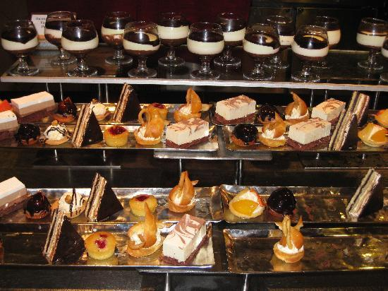 Club Med Bintan Island : a selection of desserts at the buffet