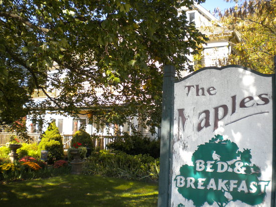 Humansville, MO: Maples B & B sign