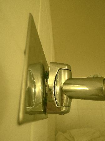 Hilton Garden Inn Baltimore / White Marsh: Shower Rod and anchor about to fall out
