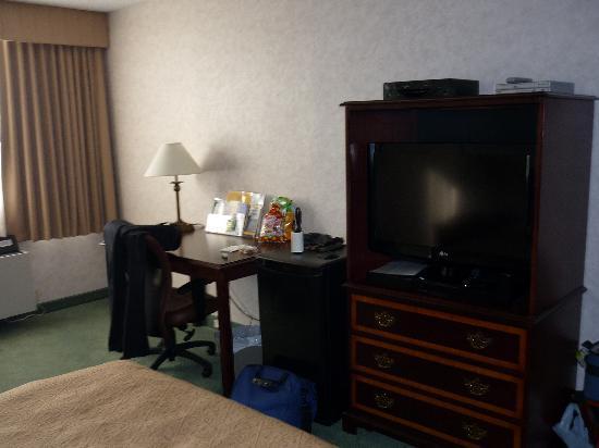 "Northern Grand Hotel: Nice work area and 32"" flatscreen"