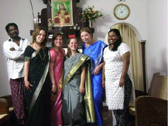 Jasmin Villa Homestay: Stanley and jasmin with their guests in saree