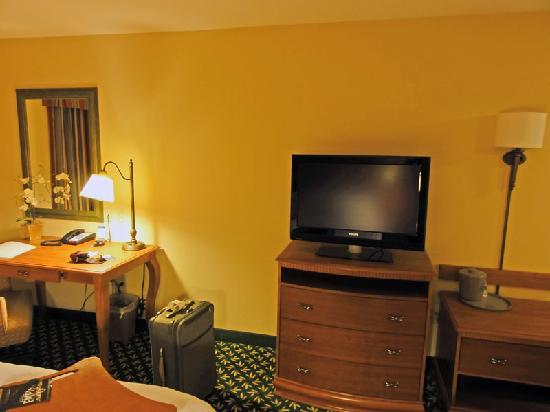 Hampton Inn & Suites Tulare: TV & Desk