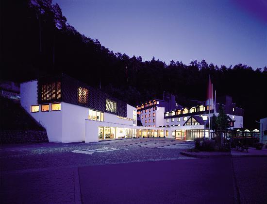 Zugbrücke Grenzau: Hotel-Außenansicht