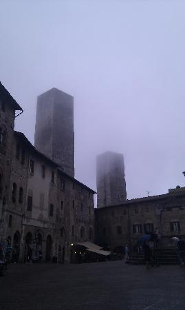 San Gimignano, Italien: Mist coming down over the towers