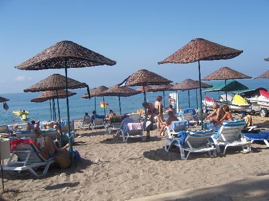 Meryan Hotel: Strandansicht mit unbeweglichen Sonnenschirmen