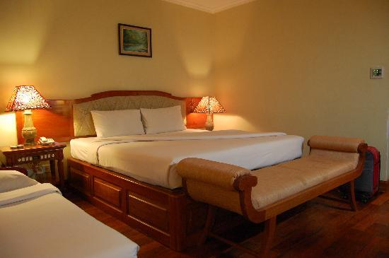 Dragon Royal Hotel: king bed