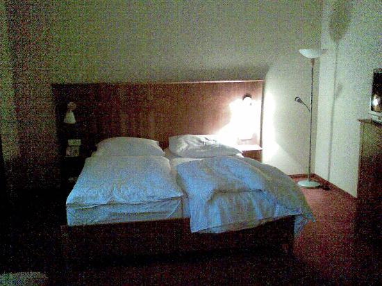 Hotel Plaza: Zimmer/Bett