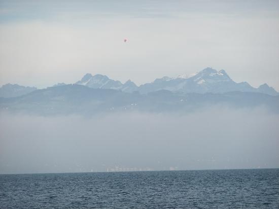 Hotel Haus am See: Alpenpanorama über morgendlichem Dunst