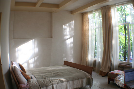 Casa Luna: Queen bed, large windows overlooking canal