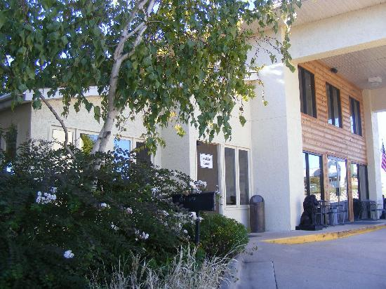 American Eagle Inn & Suites: The front desk and breakfast rooms