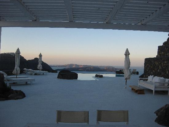 Aenaon Villas: View from Villa Marily towards pool and caldera