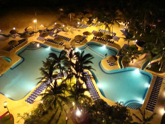 Sunscape Dorado Pacifico Ixtapa: The pool at night