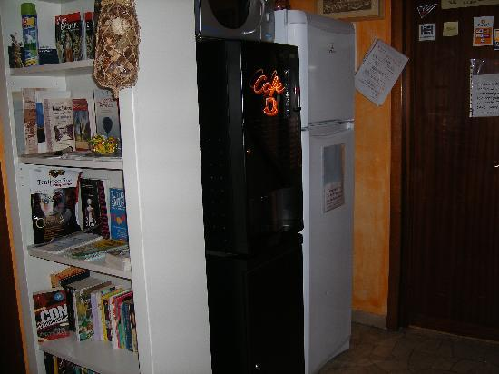 Il Giglio Guest House: Fridge freezer, microwave and drinks machine for guests in hallway